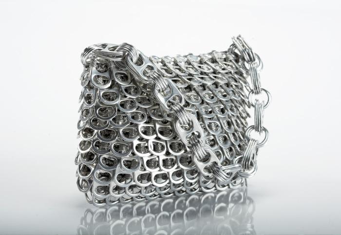 Фантастические сумки из алюминиевых колечек.