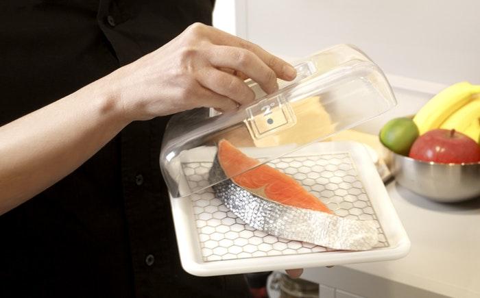Этот кусок рыбы находился в охлаждающем контейнере с температурой 2 градуса по Цельсию.