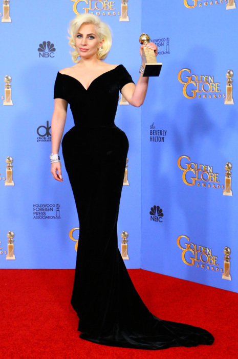 Популярная артистка Леди Гага (Lady Gaga) в платье от итальянского дома моды «Versace».