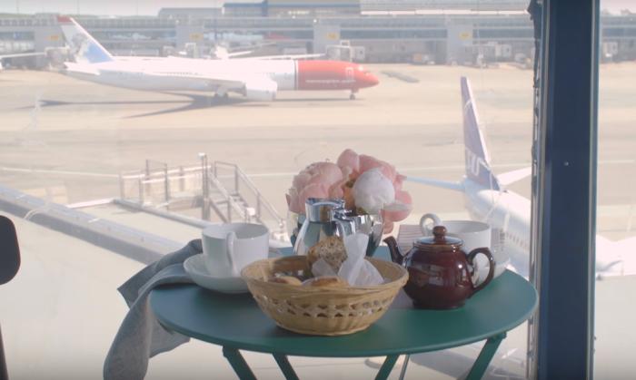 Из апартаментов, расположенных в здании воздушной башни, можно наблюдать, как взлетают и заходят на посадку самолеты.