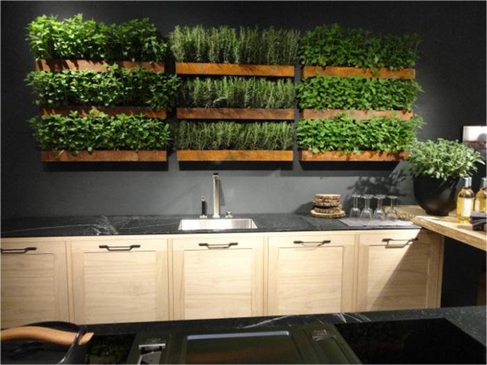Свежую зелень и различные пряности можно выращивать в специальных деревянных ящиках прямо на стене в кухне.