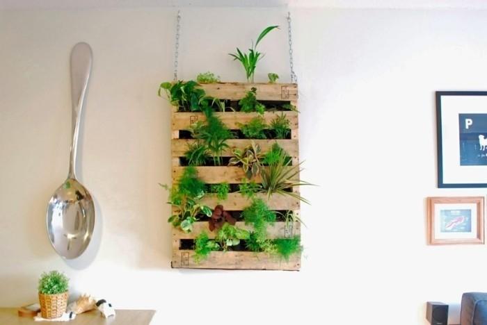Из грузовых поддонов (паллет) можно сделать стильный ящик для растений.