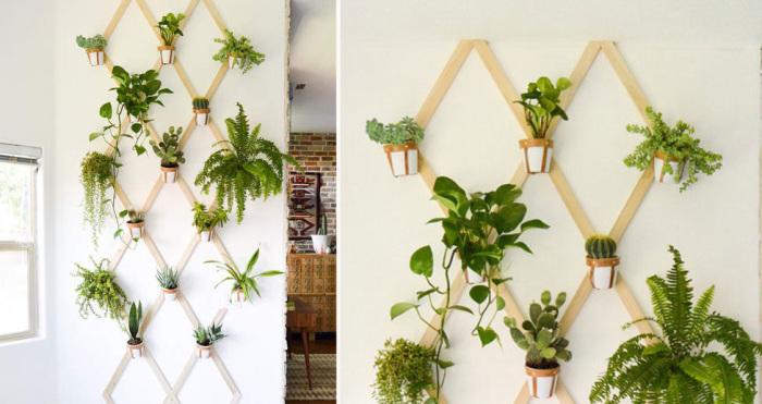 На стене можно сделать композицию из деревянных ромбиков, на которых будут висеть горшочки с цветами.