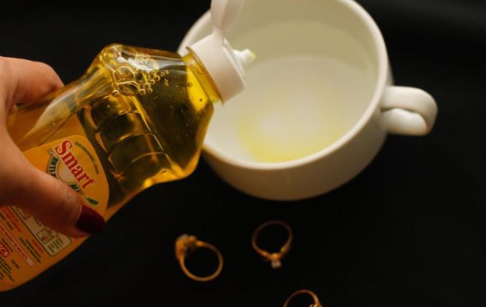 Жидкое средство для мытья посуды поможет вернуть блеск золотым украшениям.
