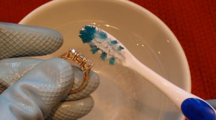Зубная щетка позволит удалить грязь и налет из всех труднодоступных мест.