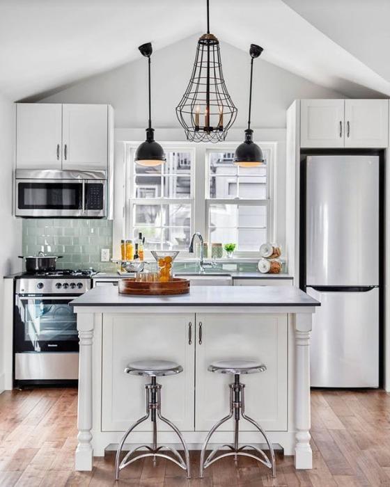 Остров с местом для хранения различных кухонных принадлежностей и других вещей.