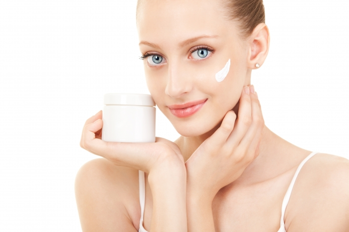 Нельзя ложиться спать, не увлажнив лицо с помощью специального крема.