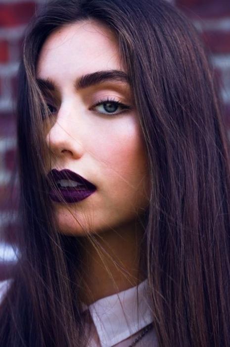 Представительницы прекрасного пола, которые выбирают темные оттенки губной помады, выглядят старше своих лет.