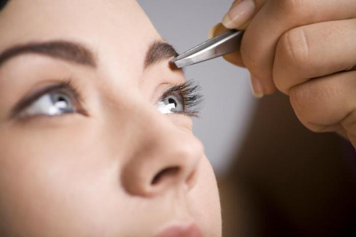 Тонкие выщипанные или нарисованные брови добавляют девушкам несколько лишних лет.