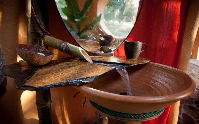В доме Стива водопровод сделан из бамбука.
