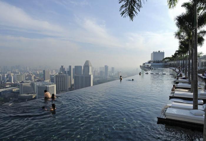 Самый извесный бесконечный бассейн, который находится в отеле Marina Bay Sands, расположенном в городе-государстве Сингапур.