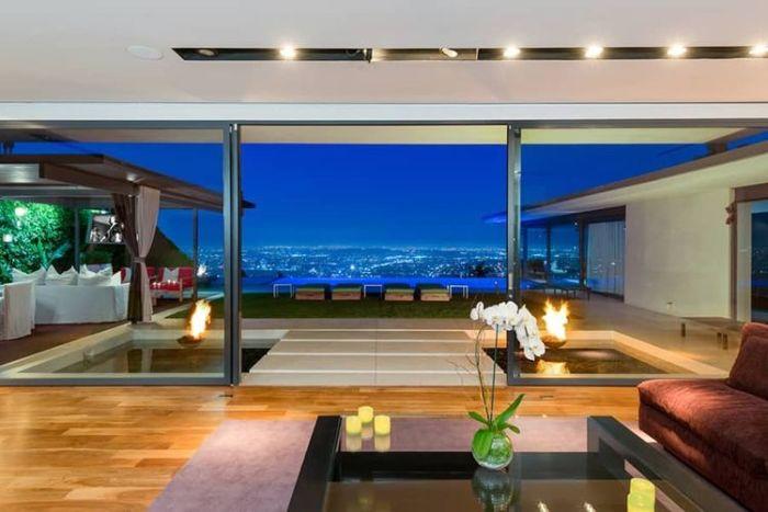 Ошеломляющий вид из стеклянного дома, владельцем которого является знаменитый американский киноактер Мэтью Перри (Matthew Perry).