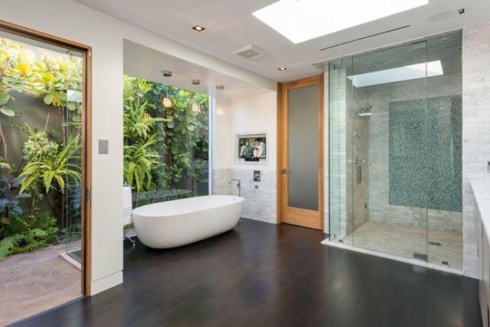Одна из пяти ванных комнат в особняке популярного американского киноактера Мэтью Перри (Matthew Perry).