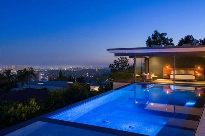 Ступенчатый бассейн - невероятно красивое место с изумительной панорамой в особняке известного американского киноактера Мэтью Перри (Matthew Perry).