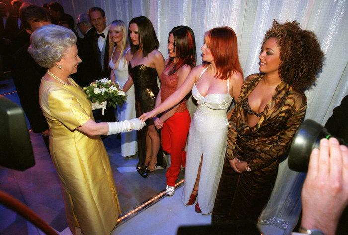 В каких образах звезды появлялись на встречах с английской королевой Елизаветой II.