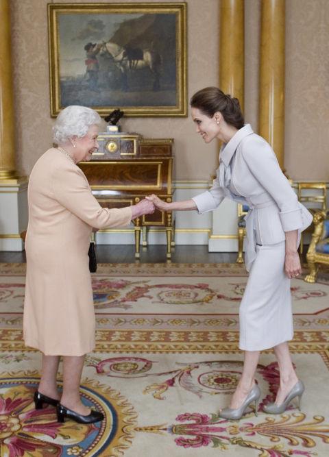 Известная американская актриса, режиссёр и сценарист, посол доброй воли ООН Анджелина Джоли на встрече с королевой Елизаветой Второй в 2014 году.