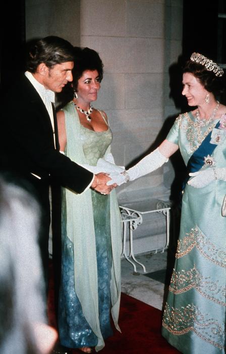 «Королева Голливуда» Элизабет Тэйлор, трижды удостоенная премии «Оскар», на встрече с королевой Англии в 1976 году.