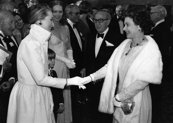 Знаменитая американская актриса театра и кино Мерил Стрип на встрече с королевой Великобритании в 1980 году.