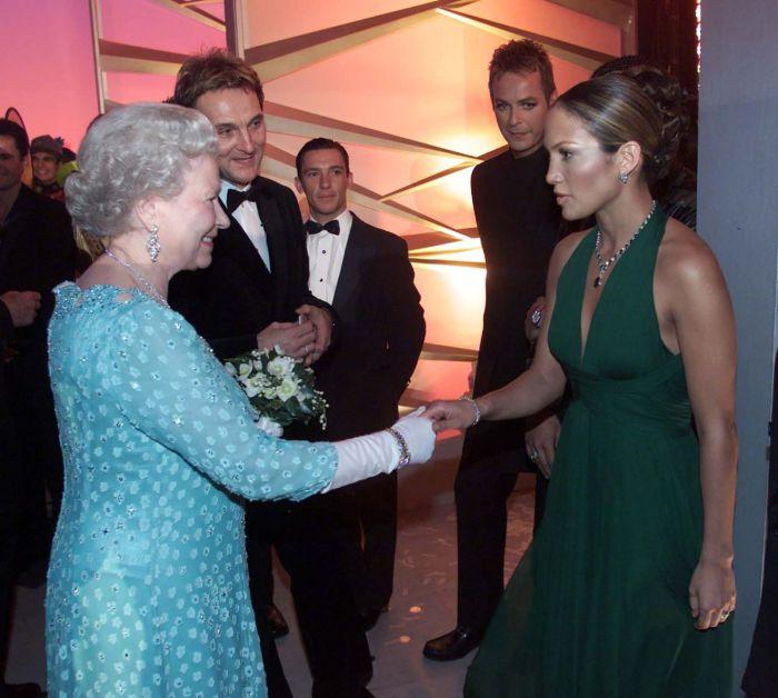 Известная американская певица, актриса, танцовщица, модельер и продюсер Дженнифер Лопес на встрече с королевой Елизаветой Второй в 2001 году.