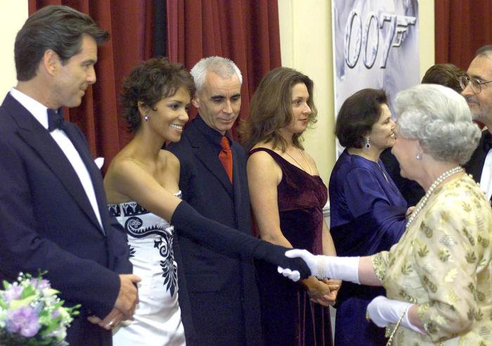 Американская киноактриса, лауреат премий «Оскар», «Золотой глобус» и «Эмми» Хэлли Берри на встрече с королевой Англии в 2002 году.