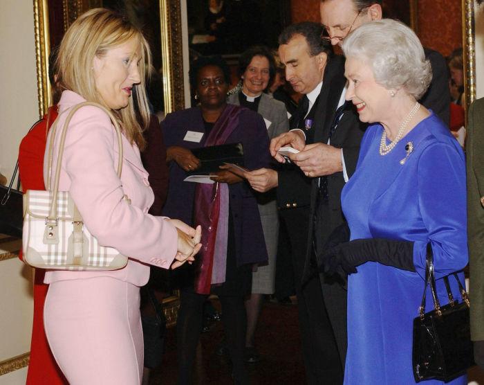 Британская писательница, сценарист и кинопродюсер Дж. К. Роулинг, наиболее известная как автор серии романов о Гарри Поттере, на встрече с королевой Великобритании в 2004 году.
