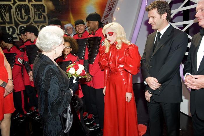 Эпатажная певица, продюсер и дизайнер Леди Гага на встрече с королевой Елизаветой Второй в 2009 году.