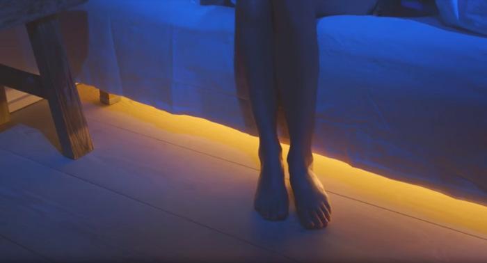 Мягкий и теплый свет включится, как только ноги опустятся на пол и сработает датчик движения.