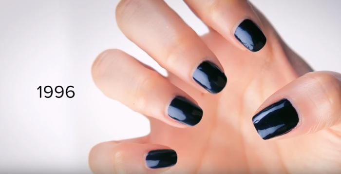 В девяностых годах двадцатого века модными становятся короткие ногти черного цвета.