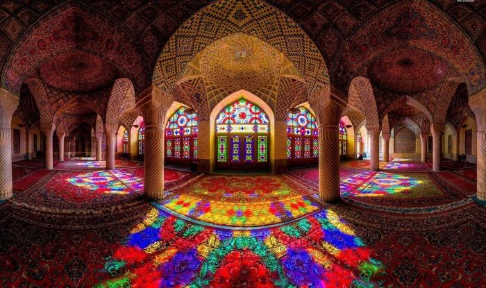 Мечеть Насир оль-Мольк или Розовая мечеть, которая находится в Ширазе - городе на юге Ирана.