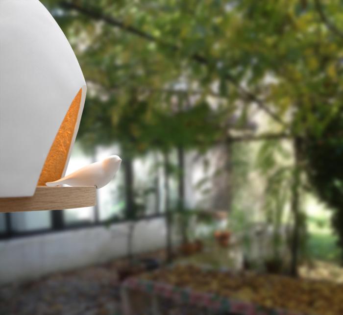 Светильник с птицей напоминает о живой природе.