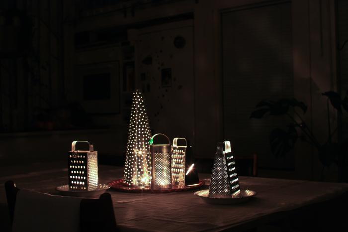 Подсвечники, сделанные из старых тёрок, смотрятся оригинально и дарят волшебный свет.