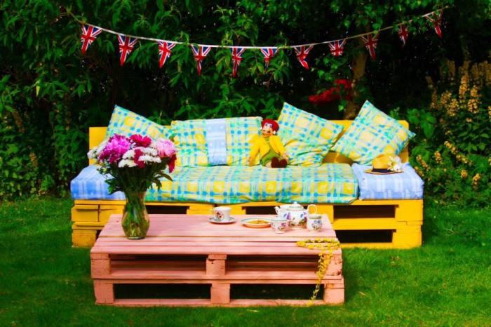 Мебель для дачного участка из грузовых поддонов - это ярко и красочно.