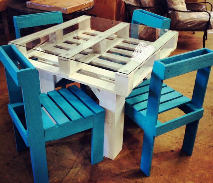 Обеденный столик с красочными стульчиками из европоддонов.