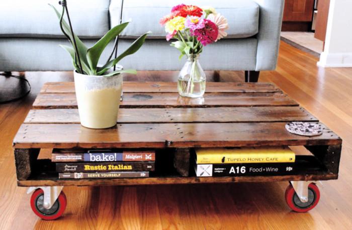 Журнальный столик на колесиках из грузовых поддонов.