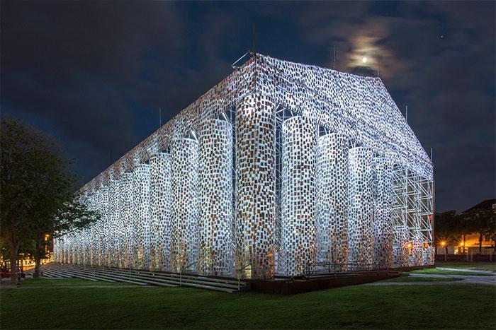 Парфенон, построенный из книг, которые в определенное время были запрещены цензурой в разных уголках земного шара.
