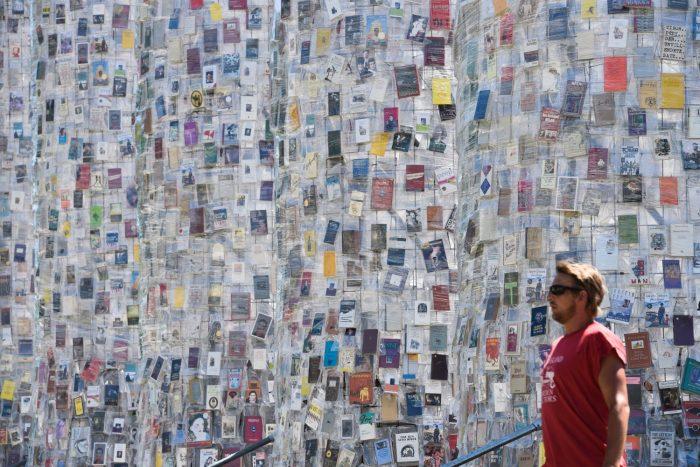 Парфенон из книг - инсталляция, олицетворяющая свободу слова.