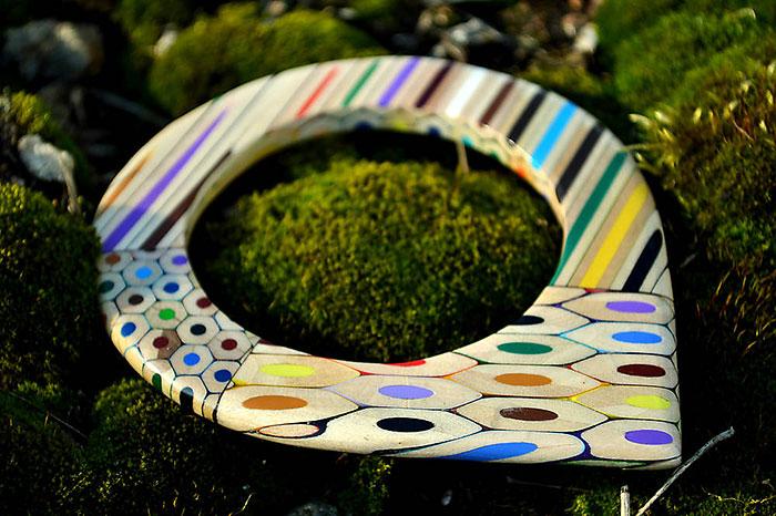 В руках дизайнера цветные карандаши превращаются в необычные украшения.