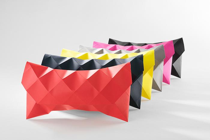 Разноцветные клатчи ручной работы, сделанные из бумаги.