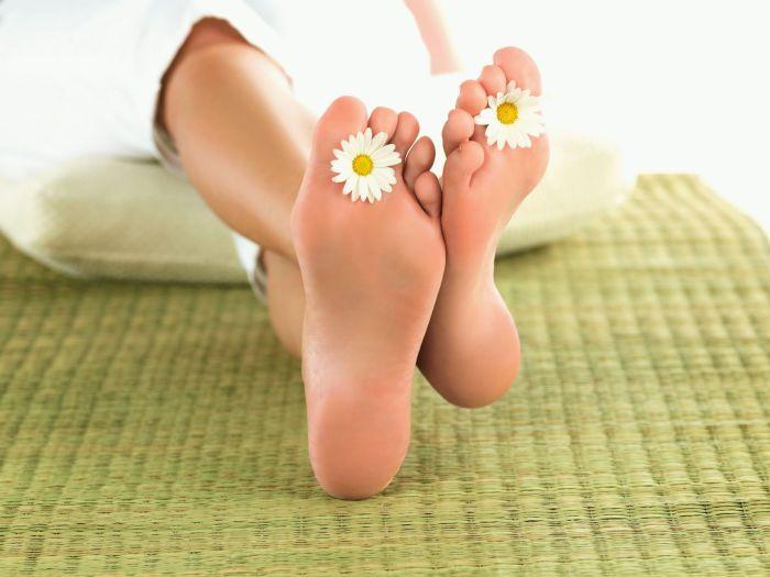 Обычная пищевая сода способствует размягчению грубой кожи пяток.