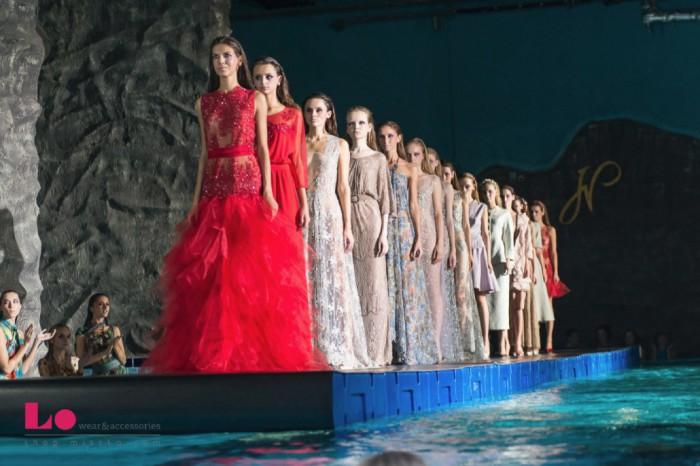 Сначала модели шли по подиуму, а затем они спускались в бассейн.