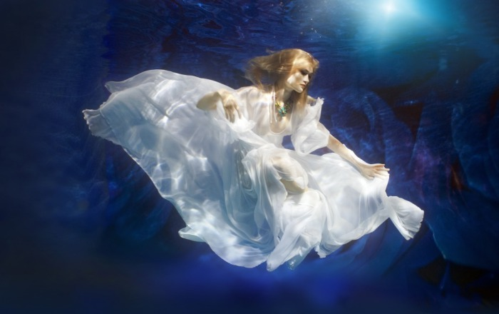Потрясающее дефиле под водой, в котором участвовали спортсменки-синхронистки.