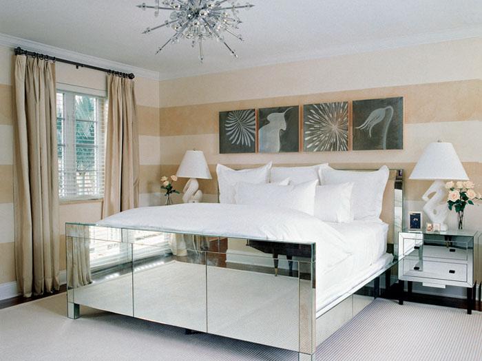 Мебель с зеркальными поверхностями зрительно увеличивает пространство.