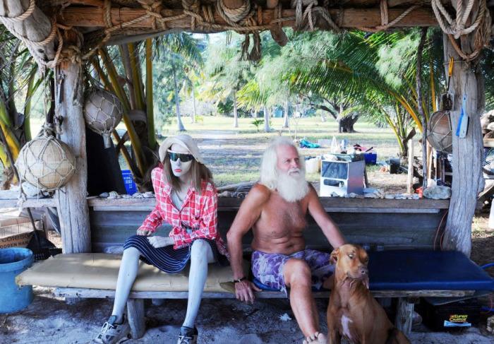 Житель острова Возрождения Дэвид Глэшин со своим манекеном.