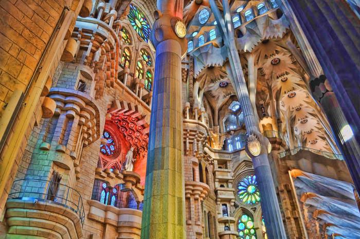 Храм Святого Семейства или Саграда-Фамилия - грандиозное сооружение, построенное знаменитым на весь мир архитектором Антонио Гауди в Барселоне.