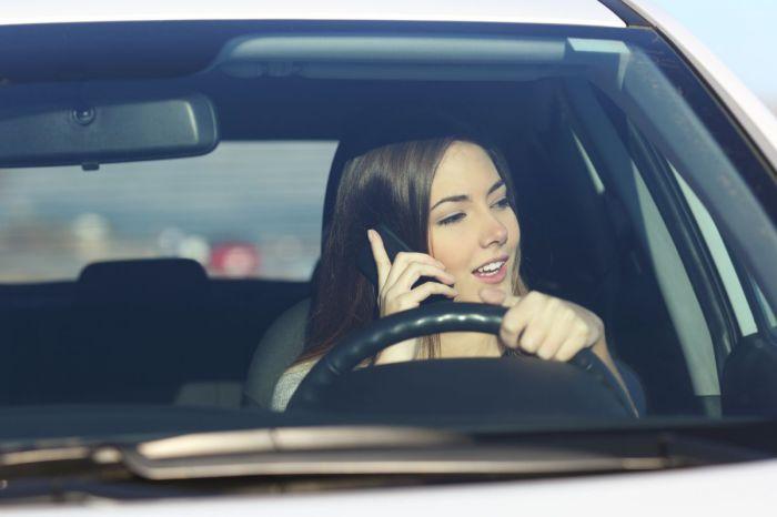 Нахождение смартфона возле лица в течение длительного времени - это десятый фактор, негативно воздействующий на состояние кожи лица.