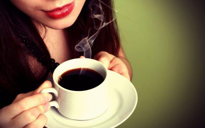 Третий фактор, который негативно влияет на состояние кожи лица, - это большое количество кофеина.
