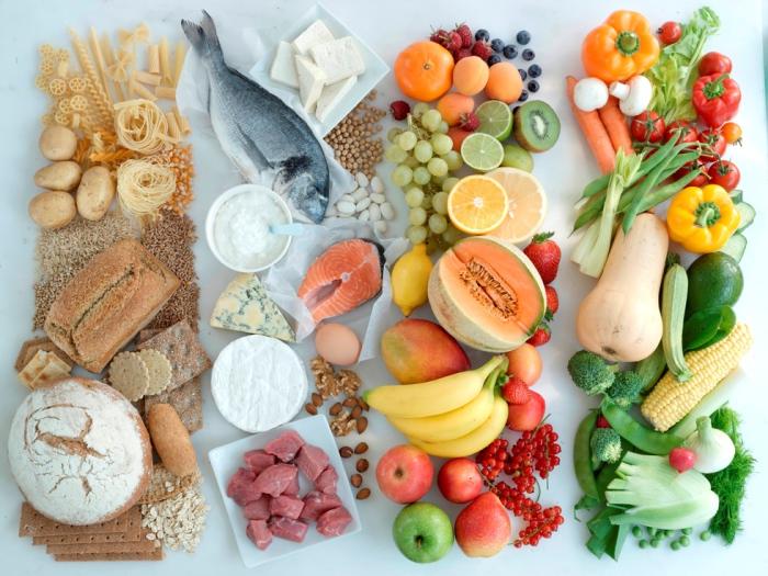 Недостаток витаминов и минералов - это шестой фактор, негативно воздействующий на состояние кожи лица.