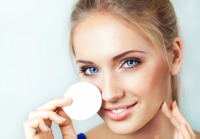Некоторые девушки игнорируют использование специальных очищающих средств для снятия макияжа и умывания.