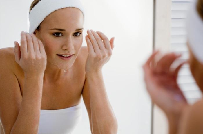 Многие девушки допускают ошибку, плохо смывая остатки очищающих средств с кожи лица во время умывания.