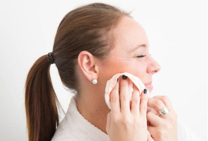 После умывания ни в коем случае нельзя тереть кожу лица полотенцем.
